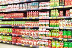 Συσκευασμένος φρέσκος χυμός έτοιμος για την πώληση στην υπεραγορά Lenta Στοκ φωτογραφία με δικαίωμα ελεύθερης χρήσης