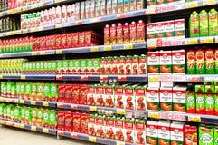 Συσκευασμένος φρέσκος χυμός έτοιμος για την πώληση στην υπεραγορά Lenta Στοκ Εικόνες
