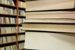 Συσσωρευμένα βιβλία και ράφια Στοκ φωτογραφία με δικαίωμα ελεύθερης χρήσης