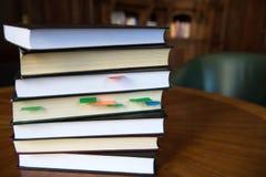 Συσσωρευμένα βιβλία με το χρωματισμένο σημάδι Στοκ Εικόνα