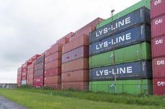 Συσσωρευμένα επάνω εμπορευματοκιβώτια Στοκ φωτογραφίες με δικαίωμα ελεύθερης χρήσης