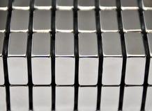 Συσσωρευμένα μεταλλικά πιάτα της τρισδιάστατης απόδοσης μαγνητών σπάνια γαίας νεοδύμιου Στοκ Εικόνα