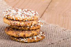 Συσσωρευμένα μπισκότα με τους σπόρους Στοκ φωτογραφία με δικαίωμα ελεύθερης χρήσης