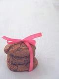 Συσσωρευμένα μπισκότα τσιπ σοκολάτας στο κατώτατο σημείο που αφήνεται του αγροτικού υποβάθρου στοκ φωτογραφία