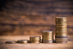 Συσσωρευμένα νομίσματα που παρουσιάζουν γραφική παράσταση της αύξησης overproportional Στοκ φωτογραφίες με δικαίωμα ελεύθερης χρήσης