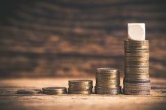 Συσσωρευμένα νομίσματα που παρουσιάζουν μια γραφική παράσταση της αύξησης overproportional Στοκ εικόνες με δικαίωμα ελεύθερης χρήσης