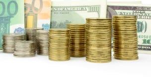 Συσσωρευμένα νομίσματα, τραπεζογραμμάτια ευρώ και δολαρίων Στοκ Εικόνα