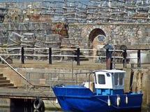 Συσσωρευμένα δοχεία καβουριών σε Brixham στοκ φωτογραφία