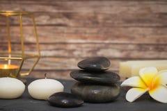 Συσσωρευμένα πέτρες και κεριά Στοκ εικόνες με δικαίωμα ελεύθερης χρήσης