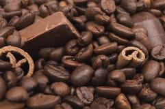 Συσσωρευμένα φασόλια καφέ, ραβδιά κανέλας και σοκολάτα στοκ εικόνες με δικαίωμα ελεύθερης χρήσης