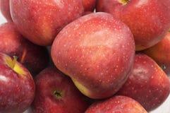 Συσσωρευμένα φρέσκα κόκκινα μήλα στοκ φωτογραφία με δικαίωμα ελεύθερης χρήσης