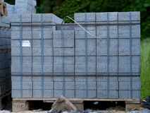 Συσσωρευμένες πέτρες επίστρωσης σε μια παλέτα Στοκ εικόνα με δικαίωμα ελεύθερης χρήσης