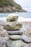 Συσσωρευμένες πέτρες σε μια παραλία Εικόνα χρώματος Στοκ φωτογραφία με δικαίωμα ελεύθερης χρήσης