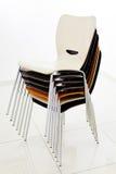 Συσσωρευμένες πλαστικές καρέκλες Στοκ Εικόνες