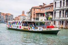 Συσσωρευμένη βάρκα επιβατών της Βενετίας στη Βενετία, Ιταλία Στοκ Φωτογραφίες