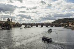 Συσσωρευμένη γέφυρα του Charles στην Πράγα Στοκ Εικόνες