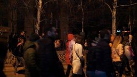 Συσσωρευμένη λεωφόρος στο βράδυ, μη αναγνωρισμένος περίπατος ανθρώπων κατά μήκος της αλέας φιλμ μικρού μήκους