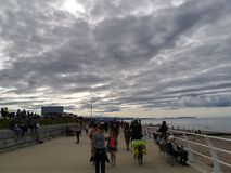 Συσσωρευμένη παραλία μια νεφελώδη ημέρα Στοκ εικόνες με δικαίωμα ελεύθερης χρήσης