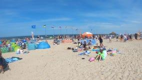 Συσσωρευμένη παραλία Jantar στη θάλασσα της Βαλτικής στο θερινό χρόνο φιλμ μικρού μήκους