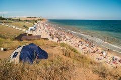 Συσσωρευμένη παραλία στην ημέρα Στοκ φωτογραφία με δικαίωμα ελεύθερης χρήσης