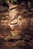 Συσσωρευμένη πετρών πετρών πύργων τύμβων τέχνη εδάφους σημαδιών ισορροπίας θρησκευτική Στοκ Εικόνες