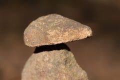 Συσσωρευμένη πετρών πετρών πύργων τύμβων τέχνη εδάφους σημαδιών ισορροπίας θρησκευτική Στοκ Εικόνα