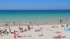 Συσσωρευμένη Malo παραλία Αγίου την καυτή θερινή ημέρα απόθεμα βίντεο