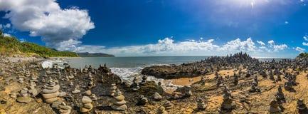 Συσσωρευμένοι ισορροπώντας βράχοι στην παραλία μεταξύ των τύμβων και του λιμένα Dou Στοκ Εικόνα