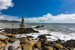 Συσσωρευμένοι ισορροπώντας βράχοι στην παραλία μεταξύ των τύμβων και του λιμένα Dou Στοκ εικόνες με δικαίωμα ελεύθερης χρήσης
