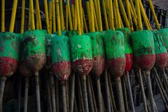 Συσσωρευμένοι κόκκινοι, πράσινοι, και κίτρινοι σημαντήρες παγίδων αστακών στοκ φωτογραφία με δικαίωμα ελεύθερης χρήσης