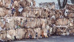 Συσσωρευμένοι σωροί της συσκευασίας εγγράφου για την ανακύκλωση στοκ φωτογραφία
