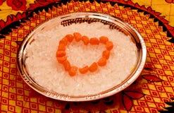 Συσσωρευμένος στα δαγκώματα καραμελών ζάχαρης μορφής καρδιών σε ένα πιάτο χάλυβα Στοκ φωτογραφία με δικαίωμα ελεύθερης χρήσης
