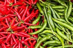Συσσωρευμένος σωρός των πράσινων και κόκκινων τσίλι Στοκ Εικόνα