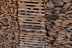 Συσσωρευμένος τραχύς ταξινομημένος συσσωρευμένος σωρός υποβάθρου ξυλείας, στοκ φωτογραφία με δικαίωμα ελεύθερης χρήσης