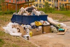 Συσσωρευμένος dumpster στον τομέα της κατασκευής μιας νέας αστικής κατοικήσιμης περιοχής στοκ φωτογραφία