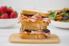 Συσσωρευμένο σάντουιτς ζαμπόν και τυριών στοκ φωτογραφία