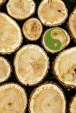 Συσσωρευμένο υπόβαθρο κούτσουρων με το σύμβολο ying yang Στοκ Εικόνες