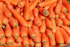 Συσσώρευσε πολλά καρότα στον πάγκο Στοκ Εικόνες