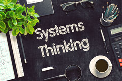 Συστήματα που σκέφτονται στο μαύρο πίνακα κιμωλίας τρισδιάστατη απόδοση Στοκ φωτογραφίες με δικαίωμα ελεύθερης χρήσης