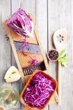 Συστατικά λάχανων και σαλάτας της Apple στον πίνακα Στοκ Φωτογραφία