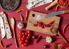Συστατικά για τα μεξικάνικα πιάτα Κόκκινο ξύλινο υπόβαθρο Μεξικάνικα τρόφιμα στοκ εικόνα