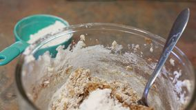 Συστατικά για τα μπισκότα μελασών σε ένα κύπελλο γυαλιού στοκ εικόνες