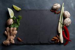Συστατικά για τα πικάντικα ασιατικά τρόφιμα με το τηγανισμένο έντομο στοκ εικόνα με δικαίωμα ελεύθερης χρήσης