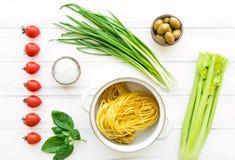 Συστατικά για τα υγιή ιταλικά ζυμαρικά, μινιμαλιστικό υπόβαθρο Επίπεδος βάλτε, δείτε άνωθεν στοκ φωτογραφία με δικαίωμα ελεύθερης χρήσης