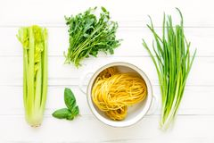 Συστατικά για τα υγιή ιταλικά ζυμαρικά, μινιμαλιστικό υπόβαθρο Επίπεδος βάλτε, δείτε άνωθεν στοκ εικόνα