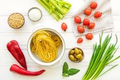 Συστατικά για τα υγιή ιταλικά ζυμαρικά, μινιμαλιστικό υπόβαθρο Επίπεδος βάλτε, δείτε άνωθεν στοκ φωτογραφίες