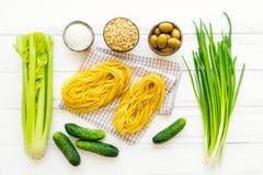 Συστατικά για τα υγιή ιταλικά ζυμαρικά, μινιμαλιστικό υπόβαθρο Επίπεδος βάλτε, δείτε άνωθεν στοκ εικόνα με δικαίωμα ελεύθερης χρήσης