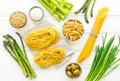 Συστατικά για τα υγιή ιταλικά ζυμαρικά, μινιμαλιστικό υπόβαθρο Επίπεδος βάλτε, δείτε άνωθεν στοκ φωτογραφία