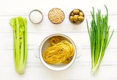Συστατικά για τα υγιή ιταλικά ζυμαρικά, μινιμαλιστικό υπόβαθρο Επίπεδος βάλτε, δείτε άνωθεν στοκ εικόνες