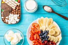 Συστατικά για τα φρούτα milkshakes στοκ εικόνες